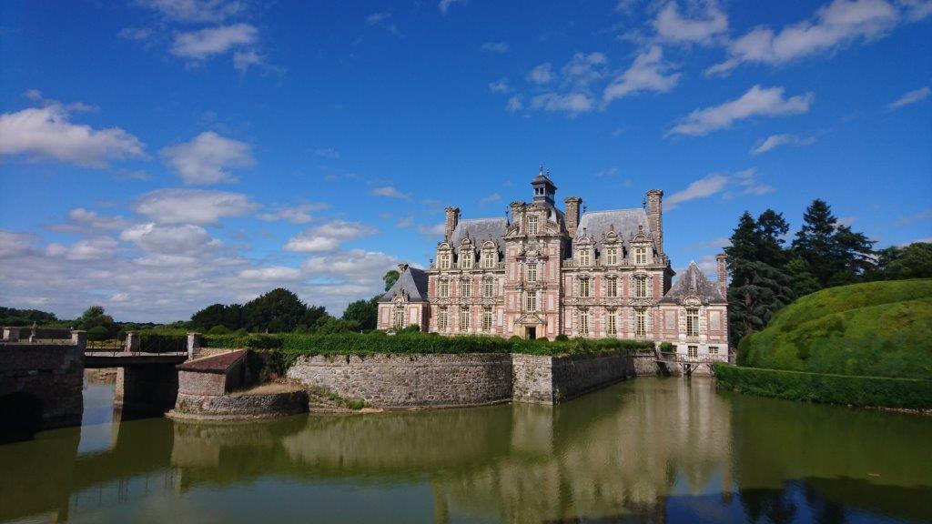 chateau-douves-et-motte-feodale