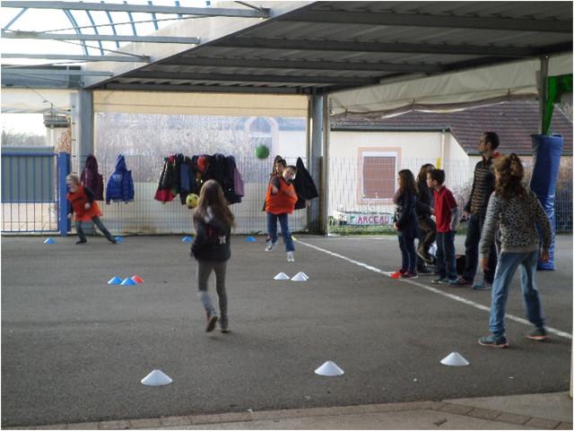 atelier-sportif-durant-le-temps-des-nap-anime-par-alain-directeur-du-secteur-jeunes