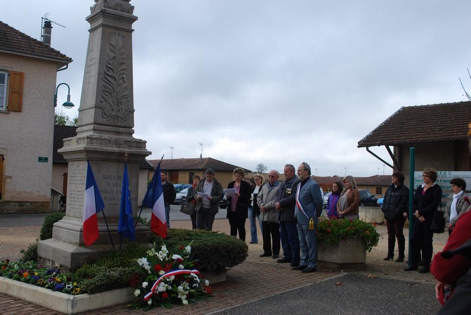 lecture-de-la-liste-des-soldats-morts-pour-la-france-succieu-11-novembre-2014-photo-anne-laure-barral-joannes-2014