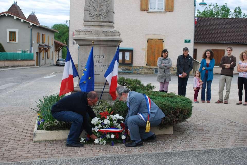 commemoration-du-8-mai-2015-le-depots-dune-gerbe-de-fleurs-devant-le-monument-aux-morts-photo-mairie-du-succieu