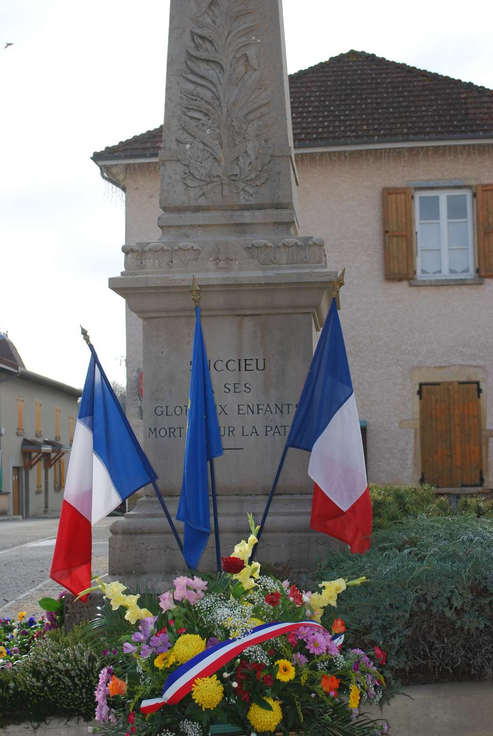 le-monument-decore-a-succieu-11-novembre-2015