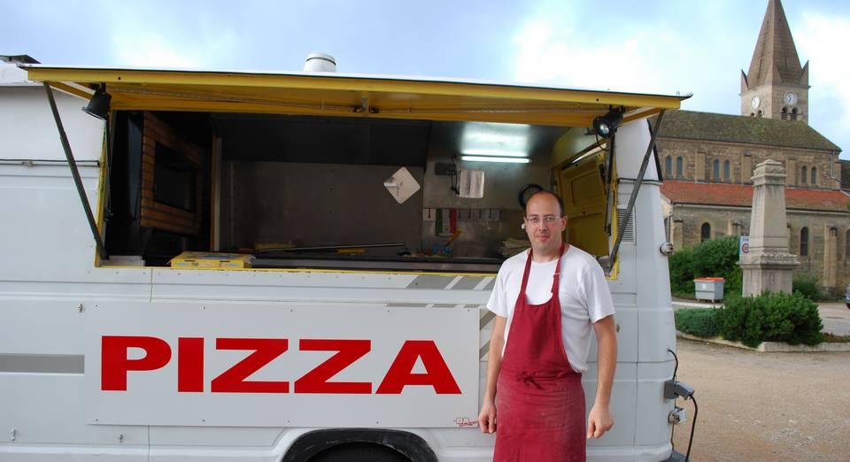 m-gilbert-devant-son-camion-pizza