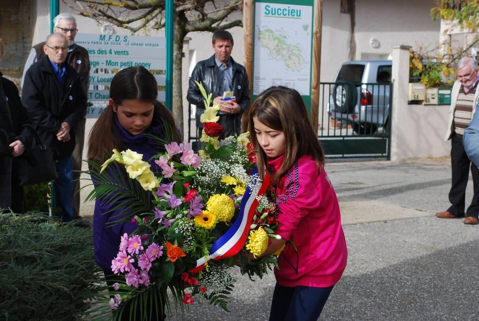 la-jeunesse-a-fleuri-le-monument-succieu-11-novembre-2015