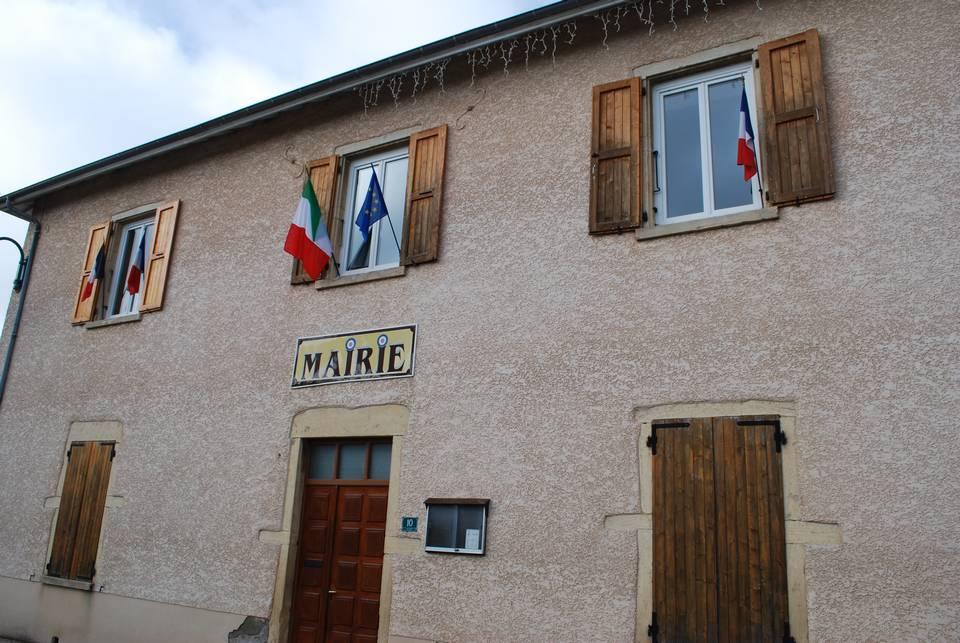 le-drapeau-italien-pavoise-la-mairie-de-succieu-11-novembre-2015