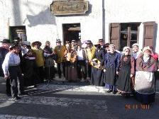 le-groupe-folklorique-sapprete-a-danser