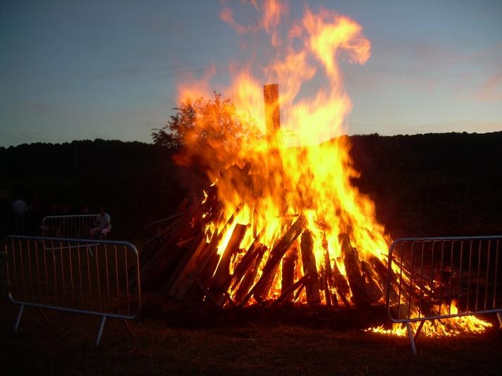 le-feu-est-allume-il-rayonne-de-toute-sa-lumiere-et-de-sa-chaleur-les-frileux-sont-heureux
