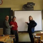 monsieur-le-maire-monsieur-stillitano-et-la-directrice-madame-seguin-receptionnent-le-tableau-blanc-interactif