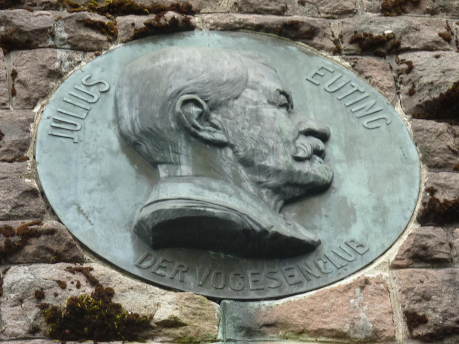 le-portrait-de-julius-euting-place-au-dessus-de-la-porte-dentree