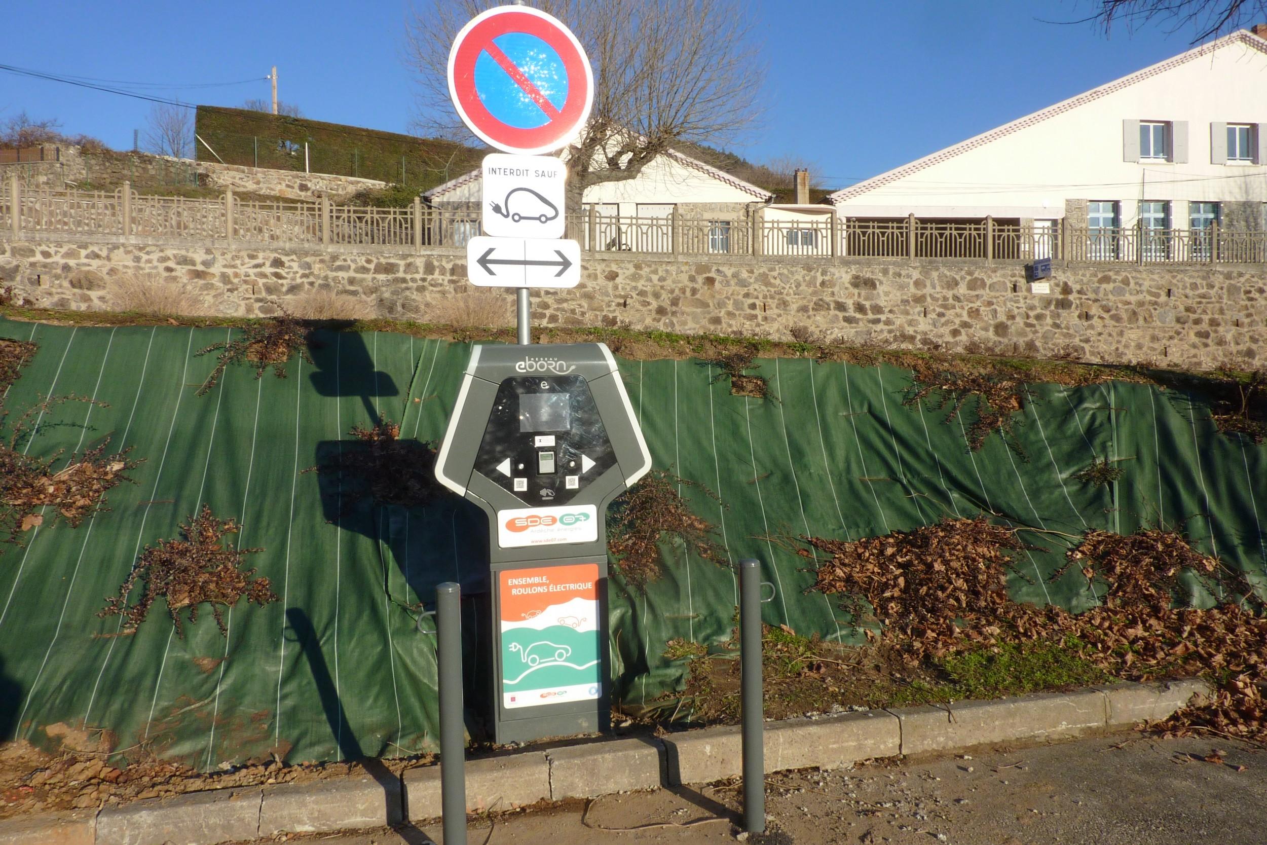 la-borne-pour-vehicules-electriques-est-operationnelle